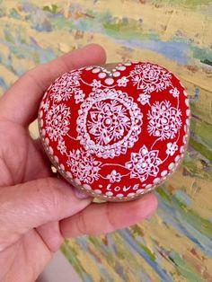 Corazón bordado en piedra pintada Christmas Bulbs, Holiday Decor, Embroidery Hearts, Dibujo, Christmas Light Bulbs