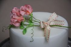 Sweet Peas are my favorite flower and these are EXQUISITE! Lovely cake with an elegant flourish.