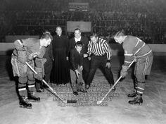Partie de hockey Canadiens de Montréal vs AS de Québec. Mise au jeu entre Jackie Leclair des As de Québec et Jean Béliveau des Canadiens de Montréal, le 2 octobre 1960