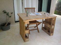 pequena mesa feita de pallet