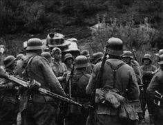 German soldiers with an italian RSI officer. In the background, an italian L6/40 light tank.