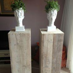Steigerhouten sokkel op de foto afgebeeld in afmeting 43x43x120cm ( lxbxh) in oud steigerhout. Andere afmetingen uiteraard ook mogelijk. Mocht u kiezen voor nieuw steigerhout, denk dan aan een behandelkleur !