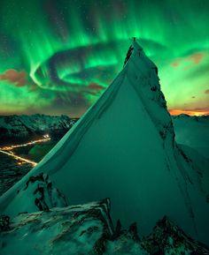 Aurore boréale: un sommet du fjord Austnesfjorden près de la ville de Svolvær sur les îles Lofoten dans le nord de la Norvège.