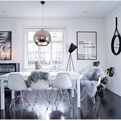 As cores e texturas deste ambiente definem o estilo escandinavo de morar. As pelúcias nas cadeiras aquecem a composição de cores que flutuam em vários tons de cinza de uma escala entre o preto e branco. #home #decor #architecture  #scandinavian #design #