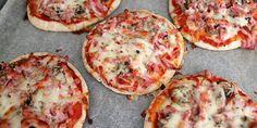 Hurtige pizzaer på pitabrød, der er klar til at blive spist.
