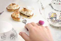 http://www.lafemmeatetedechou.blogspot.fr/2015/10/banoffee-pies-sables-aux-noix-meringue.html