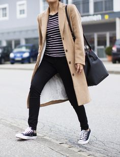 Levi's, Outfit, Converse Sneakers, Camel Coat, Levi's 711 Super Skinny Jeans, Blogger, Street Style, Striped Top, Ray-Ban Round Sunglasses, Fall Outfit