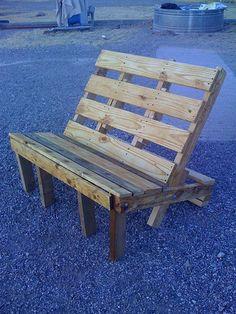 Banc de jardin fait en palette de bois de récupération.