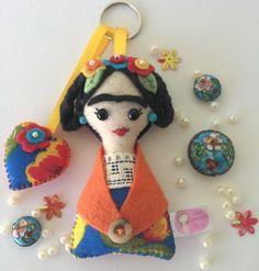 Chaveiro Frida Kahlo confeccionada a mão. Feita de feltro, com enchimento siliconizado 100% antialérgico.Pode ser chaveiro, imã de geladeira ou pingente. Ótima sugestão para lembrancinhas. Vai embalados em saquinhos individual transparente, com laço e tag personalizado. Pode escolher as cores.  O...