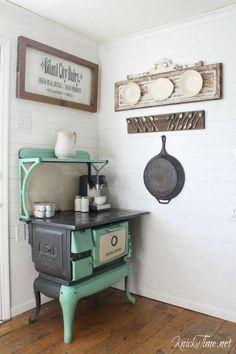 Antique interior design Primitive Kitchen, Antique Kitchen Stoves, Antique Stove, Old Kitchen, Rustic Kitchen, Vintage Kitchen, Kitchen Ideas, Old Farmhouse Kitchen, Antique Kitchen Decor