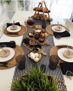 Discover recipes, home ideas, style inspiration and other ideas to try. Breakfast Table Setting, Restaurant Table Setting, Breakfast Desayunos, Breakfast Ideas, Table Set Up, Dinning Table, Decoration Table, Food Presentation, Kitchen Decor