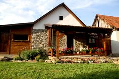 Wiata przy domu i stary mur kamienny - urokliwy zakątek w gospodarstwie Hosting, Dyi, Cabin, House Styles, Garden, Home Decor, Garten, Decoration Home, Room Decor