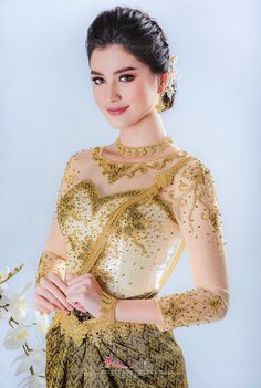 Myanmar Traditional Dress, Thai Traditional Dress, Traditional Fashion, Traditional Outfits, Cambodian Wedding, Khmer Wedding, Country Costumes, African Blouses, Royal Dresses