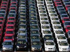 Do Envolverde Milhares de carros estão sendo abandonados PorLadislau Dowbor Brilhante, bonito e novo? E rapidamente enferrujando e inútil Esta foto é de um monte de carros que sobraram no