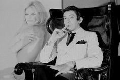 Serge Gainsbourg, chez lui, devant une célèbre photo de Brigitte Bardot (par Sam…