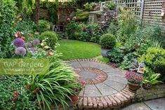 Circular Garden Design, Circular Lawn, Back Garden Design, Cottage Garden Design, Backyard Garden Design, Very Small Garden Ideas, Small Back Gardens, Patio Edging, Garden Paving