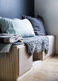 Der er ofte grænser for, hvor meget man må lave om i en lejet bolig. Men det lykkedes alligevel at forvandle det neutrale køkken i denne lejede lejlighed til et stilfuldt og personligt rum ved hjælp af maling, lidt fliser, tekstiler og personligt køkkengrej. Murphy Bed Desk, Diy Furniture Hacks, Round House, Modern Kitchen Design, Dream Decor, Small Apartments, Small Living, Home Projects, House Design