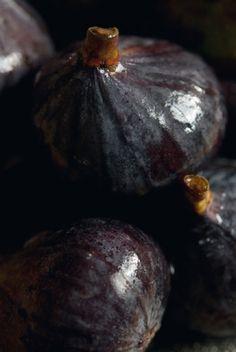 purple & black  | fruit: fig . Frucht: Feige . fruit: figue | photo @ bloom magazine |