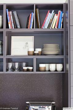 keittiökaapisto,avohylly,astiat,asetelma,musta,musta keittiö,kirjat,keittokirjat,asuntomessut,keittiö
