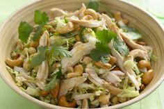 Voici une excellente idée pour votre prochain repas-partage ou barbecue : un mélange de chou nappa, de poulet rôti, de coriandre, de pois chiches et d'oignons verts. Savourez cette salade d'une grande simplicité débordante de saveurs!