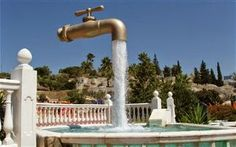 Magic Tap Fountains Around The World You probably saw one of these fountains like floating in the midair water taps cut off the pipe. Did you know that such magic tap fountain (whichever one of them) is not unique? Unbelievable Pictures, Cool Pictures, Cool Photos, Interesting Photos, Amazing Photos, Magic Illusions, Optical Illusions, Photoshop, Belle Epoque