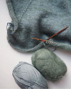 """915 likerklikk, 12 kommentarer – PetiteKnit • knitting patterns (@petiteknit) på Instagram: """"Der findes så mange fantastiske farvekombinationer til Ingen Dikkedarer Sweater - men det her er…"""""""