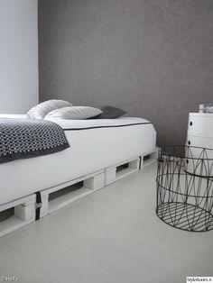 makuuhuone,sänky,valkoinen,Tee itse - DIY,kuormalavat,yöpöytä,kori,säilytys,kuormalava,componibili