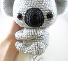 Free Crochet Amigurumi- Koala Join Holly Salzman of Storyland Amis and Furls Crochet for their July Ami CAL. This month we are making this adorable Koala Ami. Crochet Diy, Crochet Amigurumi Free Patterns, Crochet Animal Patterns, Crochet Bear, Stuffed Animal Patterns, Crochet Dolls, Crochet Animals, Crochet Patterns For Beginners, Crochet Birds