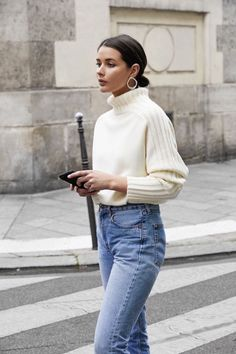 Ensure your casual look is on point with this beautiful, vintage white knit sweater. Ideal for cozy cold fall and winter outfits. Pair it with cute mom high waisted denim jeans for casual yet fashionable and stylish look and you are good to go! Looks Street Style, Looks Style, Casual Looks, Smart Casual, Mode Outfits, Fashion Outfits, Womens Fashion, Fashion Trends, Latest Fashion