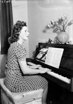 Irish actress Maureen O'Hara playing the piano Hollywood Actor, Golden Age Of Hollywood, Old Hollywood, Hollywood Actresses, Classic Hollywood, Best Movie Couples, The Quiet Man, Maureen O'hara, John Ford