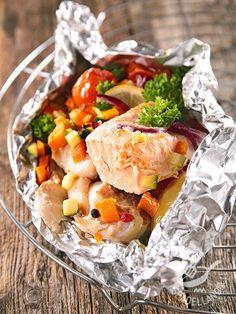 Il Salmone al cartoccio con verdure è piatto di pesce adattissimo per chi segue una dieta sana ma anche per chi ama le ricette genuine e semplici.