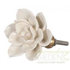 Kwiatek, to piękna i delikatna gałka, pełna uroku. Wprowadzi do Twojego pomieszczenia świeży powiew oraz szczyptę romantyzmu! Więcej na: www.lawendowykredens.pl