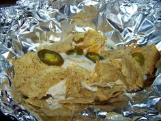 Nachos on the grill Take a sheet of aluminum foil and place your nacho toppings in there. Fold into a packet sealing top and sides. Grill on medium low heat approx 15 min. Turn off heat and let the cheese finish melting. Yummy and easy clean up! Foil Packet Meals, Foil Packets, Bbq Grill, Grilling, Hobo Dinners, Nachos, Summer Time, Party Time