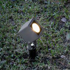 SOBEK est un spot exterieur LED noir 7W 550lm 3000°K à planter en terre, afin de mettre en lumière vos plantation, parterre ...