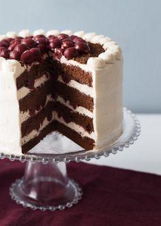 Saviez-vous qu'en Allemagne, ce gâteau doit absolument contenir du kirsch pour être considéré comme un authentique gâteau Forêt-Noire? Notre version est fidèle à la recette originale avec un