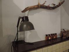 Antieke leger-kleurige lamp, lekker stoer voor de babykamer! www.nieuwedromen.nl