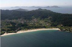 Playa de Areabrava (22) Playa virgen, con muchos servicios y buen acceso  Longitud:800 m Anchura media: 30 m.  Posición GPS: 42º 17´ 26,94´´ N // 8º 50´ 33,84´´ O