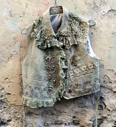 Dandi--romantic vintage linen vest with handmade antique laces, beadwork, silk embroidered details. Boho Outfits, Vintage Outfits, Fashion Outfits, Antique Lace, Vintage Lace, Vintage Denim, Denim Vests, Denim Jackets, Estilo Hippy