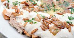 فتة الدجاج من الاطباق السورية اللذيذة والتي تشتهر في شهر رمضان كنوع من الاطباق الجانبية والمقبلات يضاف اليها الارز وللبن وتزين بالصنوبر