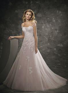 Nouvelle robe publiée!  divina sposa – T38. Pour seulement 900€! Economisez 25%! http://www.weddalia.com/fr/boutique-vendre-robe-de-mariee/divina-sposa-t38/ #RobesDeMariée www.weddalia.com/fr