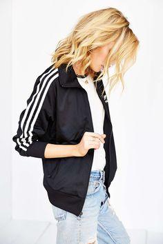 Yo quiero chaqueta de adidas.  Cuesta setenta dólares en el internet.