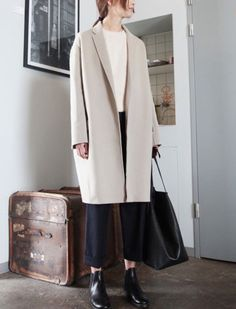 Simply Chic from Olivia Culpos Street Style The style stars Daily Fashion, Work Fashion, Asian Fashion, Fashion Outfits, Tomboy Fashion, Style Fashion, Moda Formal, Minimal Wardrobe, Beige Coat