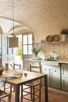 Décor Inspiration: Countryside & Farmhouse Style - roaring open fireplaces, rustic wooden beams, a neutral colour palette and rustic and relaxed cosiness Rustic Style, Farmhouse Style, Sweet Home, Country Kitchen, Spanish Kitchen, Home Kitchens, Kitchen Decor, House Design, Interior Design