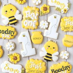Emmys first bee-day! I had SO much fun with this set! Emmys first bee-day! I had SO much fun with this set! First Birthday Cookies, 1st Birthday Party Themes, Baby Girl 1st Birthday, Birthday Ideas, Bee Birthday Cake, Birthday Banners, Farm Birthday, Birthday Invitations, Bee Cookies