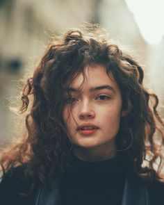 Bruin haar, krullend haar, wit Trendfrisuren Chad, akkurater Mittelscheitel oder This particular language Slice Curly Hair Styles, Long Curly Hair, Curly Hair White Girl, Brown Curly Hair, Natural Curly Hair, Updo Curly, Black Brown Hair, Peinados Pin Up, Pretty Face