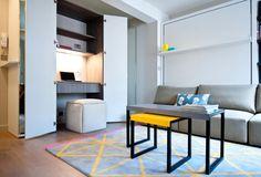 Квартира находится в центральном Лондоне и, как и большинство современных апартаментов, обладает рабочим кабинетом — он прячется в шкафу. Здесь же можно найти квадратный пуф — альтернатива рабочему креслу. Вероятнее всего, хозяйка предпочитает работать вне дома.