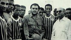 BBC Mundo's Lorena Arroyo reports on why Brazilian football club Madureira sports a picture of Che Guevara on its jerseys. Che Guevara Photos, Viva Cuba, Ernesto Che Guevara, Film Song, Fidel Castro, Poses, Popular Culture, Revolutionaries, Persona