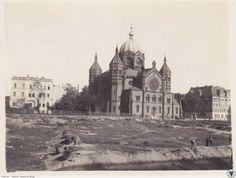 Unikalny widok Nowej Synagogi przy ul. Łąkowej, na tym pustym placu parę lat później zbudowany zostanie gmach Prezydium Policji   . Z widocznych budowli do dzisiejszych czasów zachował się jedynie budynek Wyższej Szkoły Bankowej (po prawej). 1918