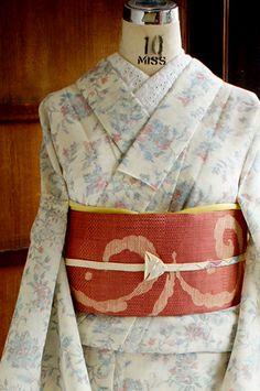 ほのかにクリームイエローがかかった白の地に、ロマンチックなフラワーデザインが織り出された、サマーウールの単着物です。