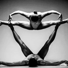 This partner yoga photo is so strong. I love the heart shape and black & white photograph! Shall We Dance, Lets Dance, All About Dance, Dance Like No One Is Watching, Dance Movement, Dance Poses, Yoga Poses, Foto Art, Modern Dance